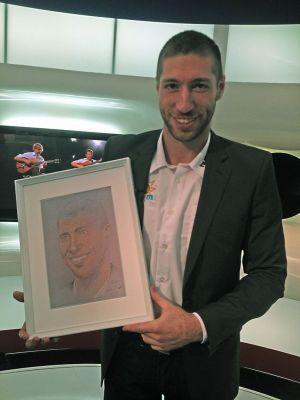 Berki Krisztián olimpiai bajnok tornász kezében portréjával