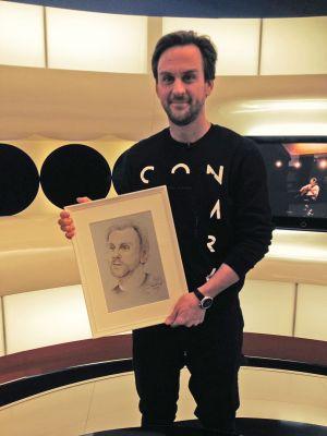 Fabricius Gábor kezében saját portréjával